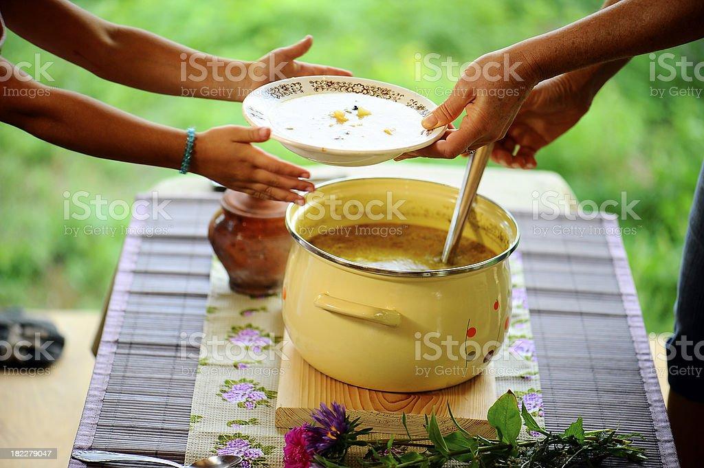 Mutter, die ihre Tochter frische Suppen – Foto