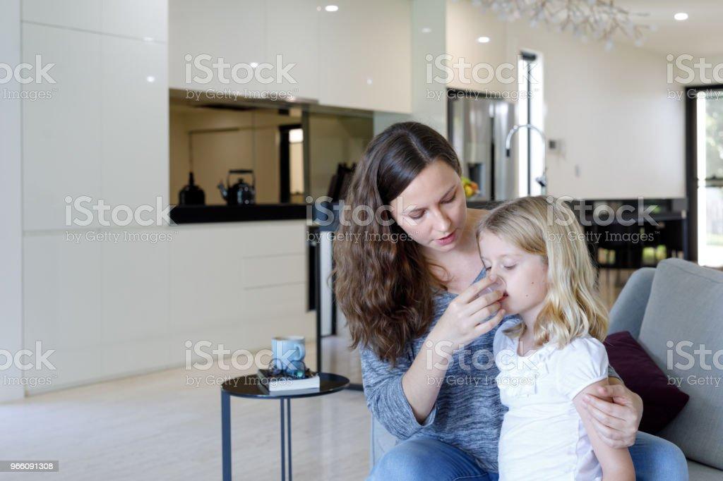 Mother Giving Sick Daughter Medicine - Стоковые фото 6-7 лет роялти-фри