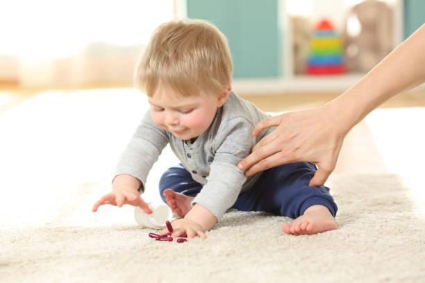 mutter hand verhindert, dass das baby essen pillen - spanische rezepte stock-fotos und bilder