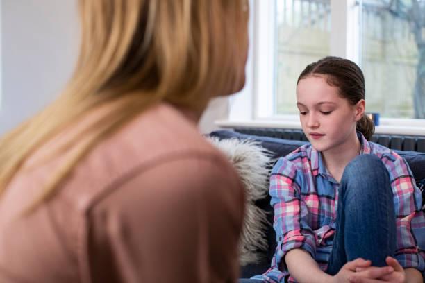 Mutter mit besorgten jungen Tochter zu Hause – Foto