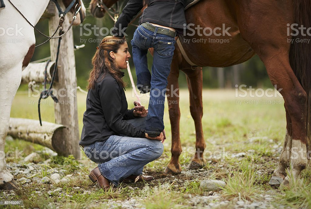 Matka pomaga Córka na Koń zbiór zdjęć royalty-free