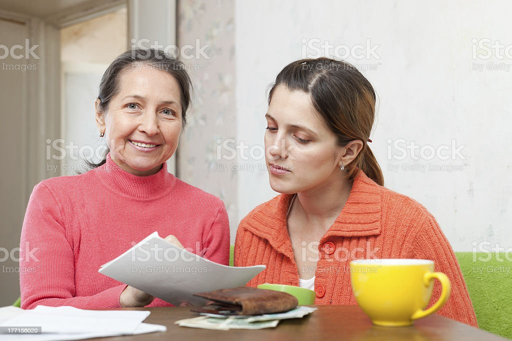 Мама помогает дочери