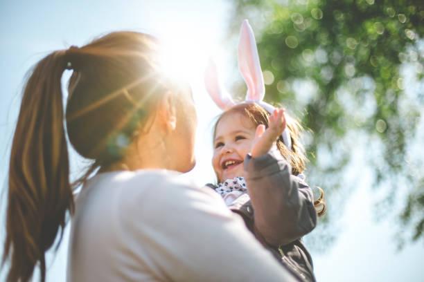 filho de mãe exploração com orelhas de coelho - familia pascoa - fotografias e filmes do acervo