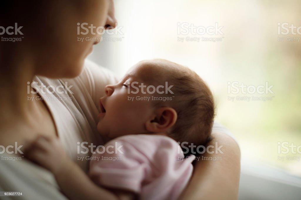 Mutter hält ihr Baby Girl zu Hause – Foto