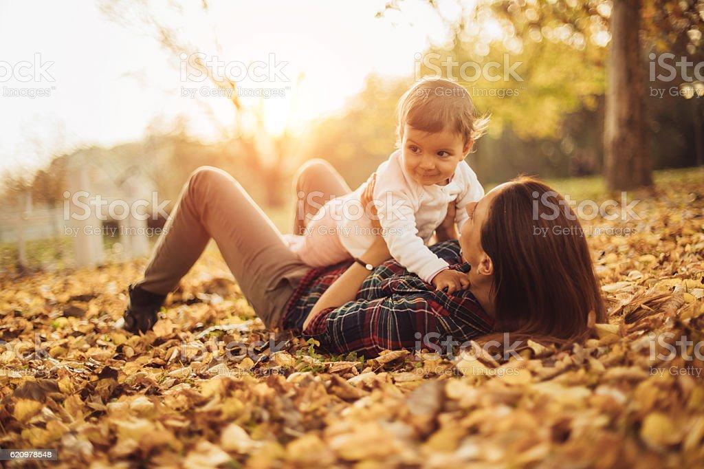 Mãe segurando o bebê  foto royalty-free