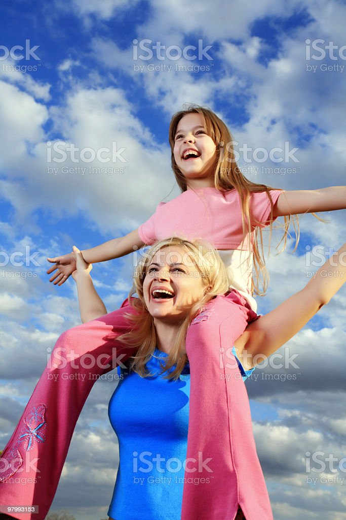 Mother holding her daughter on shoulders. royalty free stockfoto