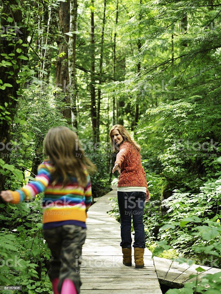 Matka trzyma ręce córka się do. zbiór zdjęć royalty-free