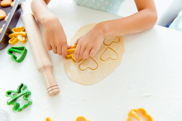 Mutter Urlaub Freundschaft zusammen internationale Betreuungskonzept. Oben Draufsicht beschnitten Nahaufnahme Foto von kleinen niedlichen schönen Händen machen Cookies halten Form schneiden Figuren – Foto