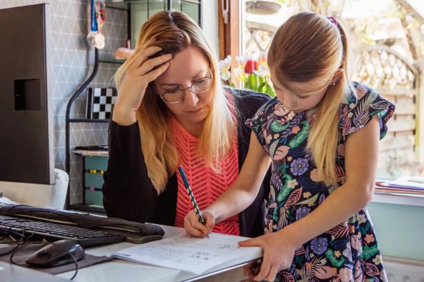 Mutter Zu Hause Schule ihre kleine Tochter – Foto