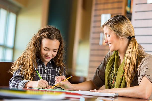 Mutter Homeschooling Kind im Grundschulalter Tochter bei Hausaufgaben Math – Foto