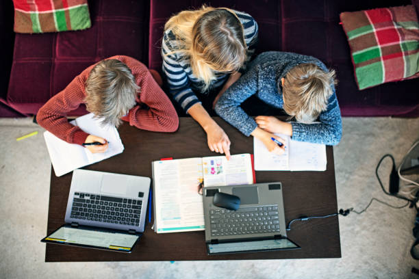 mutter zu hauseschule ihre kinder - homeschooling stock-fotos und bilder
