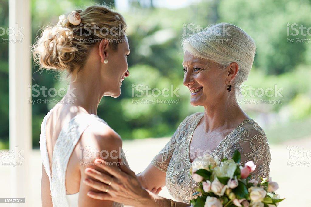 Mutter umarmen Braut auf den Hochzeitstag – Foto