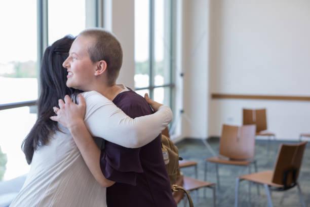 mamma kramar dotter adjö efter cancer supportgrupp möte - emotionellt stöd bildbanksfoton och bilder