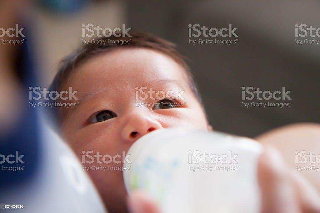Mutter füttert ihr Baby mit Flasche – Foto