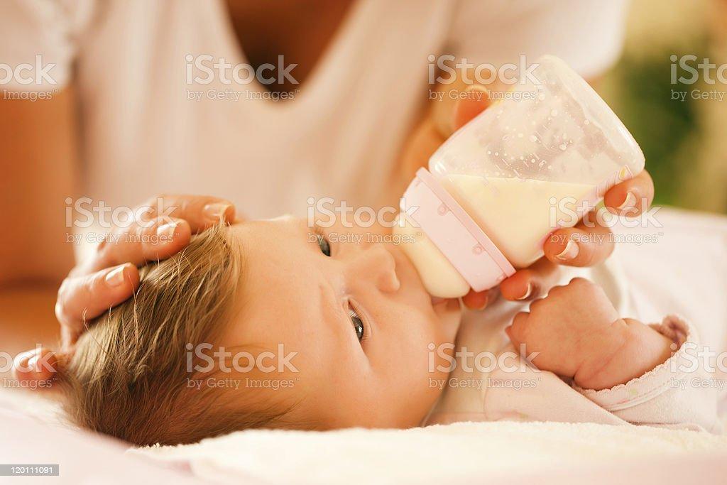 El bebé madre es alimentar - Foto de stock de Alimentar libre de derechos