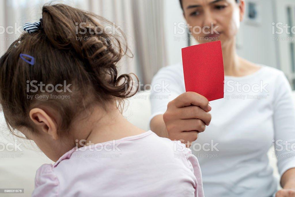 Mère se montrant rouge carte pour enfant photo libre de droits