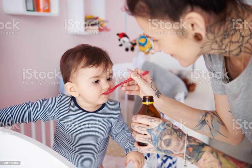 Madre es cuidar de su niño - foto de stock