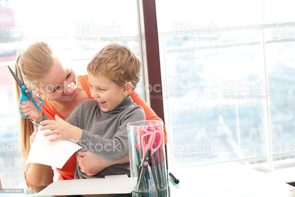 Мать учит сына