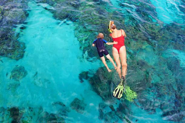 어머니, 스노클링 마스크에서 아이 열 대 물고기와 수 중 다이빙 - 스노클 뉴스 사진 이미지