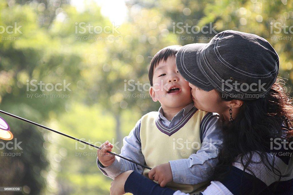 Mutter Küssen Jungen Lizenzfreies stock-foto