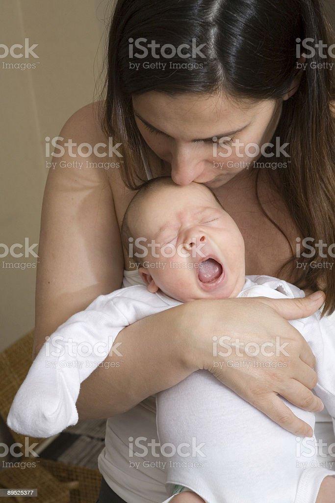 Мать Целовать ребенок Стоковые фото Стоковая фотография