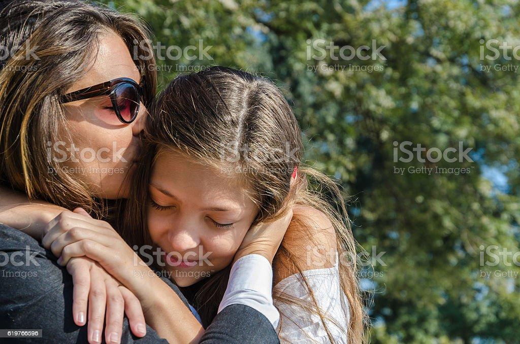 Mãe beijando sua filha foto royalty-free