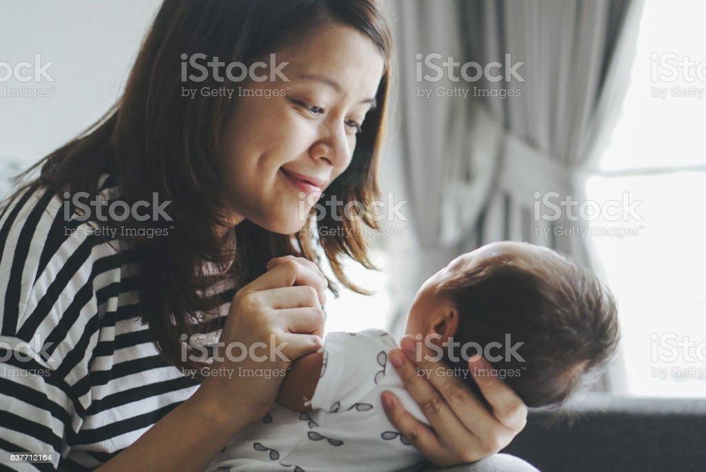 Mutter Küssen Ihr Kind – Foto