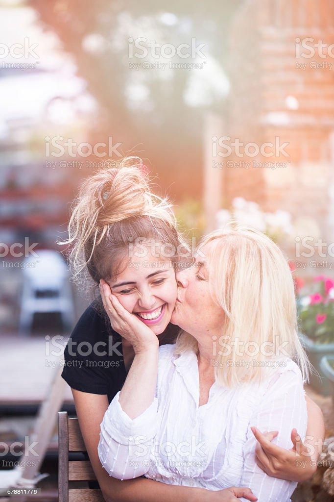 Mutter küssen ihre Tochter  – Foto