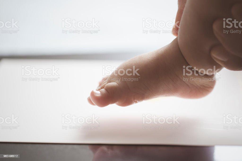 Mãe fazendo um pé impressão de bebê - Foto de stock de 35-39 Anos royalty-free