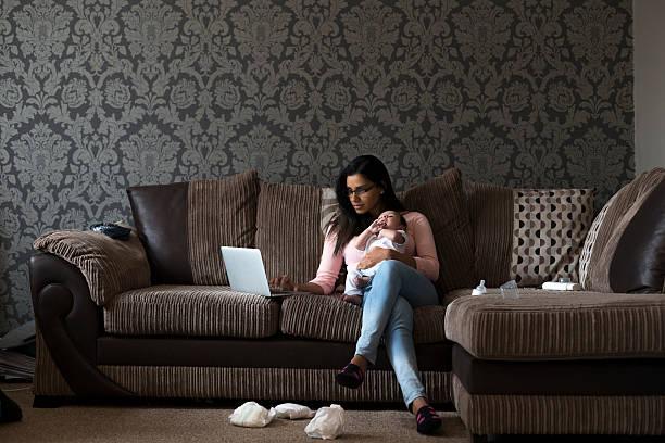mutter multitasking arbeit und sohn - schwanger werden rechner stock-fotos und bilder
