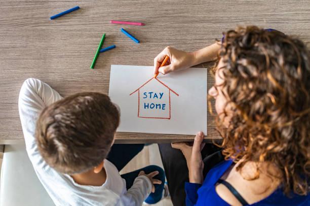 어머니 nd 아들 그리기 스테이 홈 로고입니다. 코로나바이러스 개념 - 격리 뉴스 사진 이미지