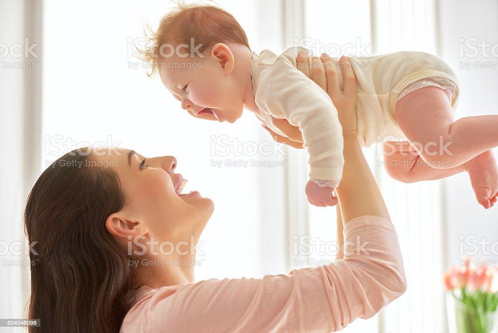 Mutter spielt mit Ihrem baby – Foto