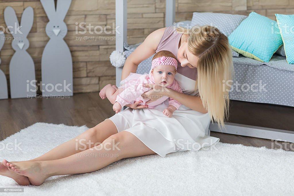 Madre, giocando con il Suo neonato foto stock royalty-free