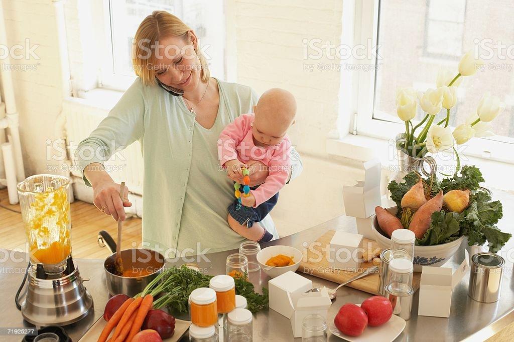 Uma mãe Preparando Comida - foto de acervo