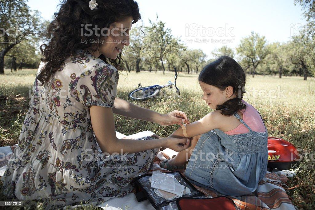 Matka córki wprowadzenie gipsu na łokciach zbiór zdjęć royalty-free