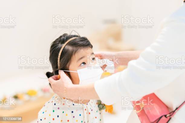 Mother putting protective mask on her daughters face picture id1212339738?b=1&k=6&m=1212339738&s=612x612&h=hql7si5w1gxemfps 3sk2p3fvqtsft6 md2zycdccls=