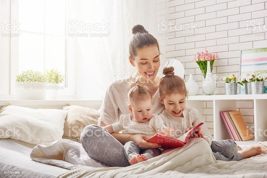 Mutter liest Buch – Foto