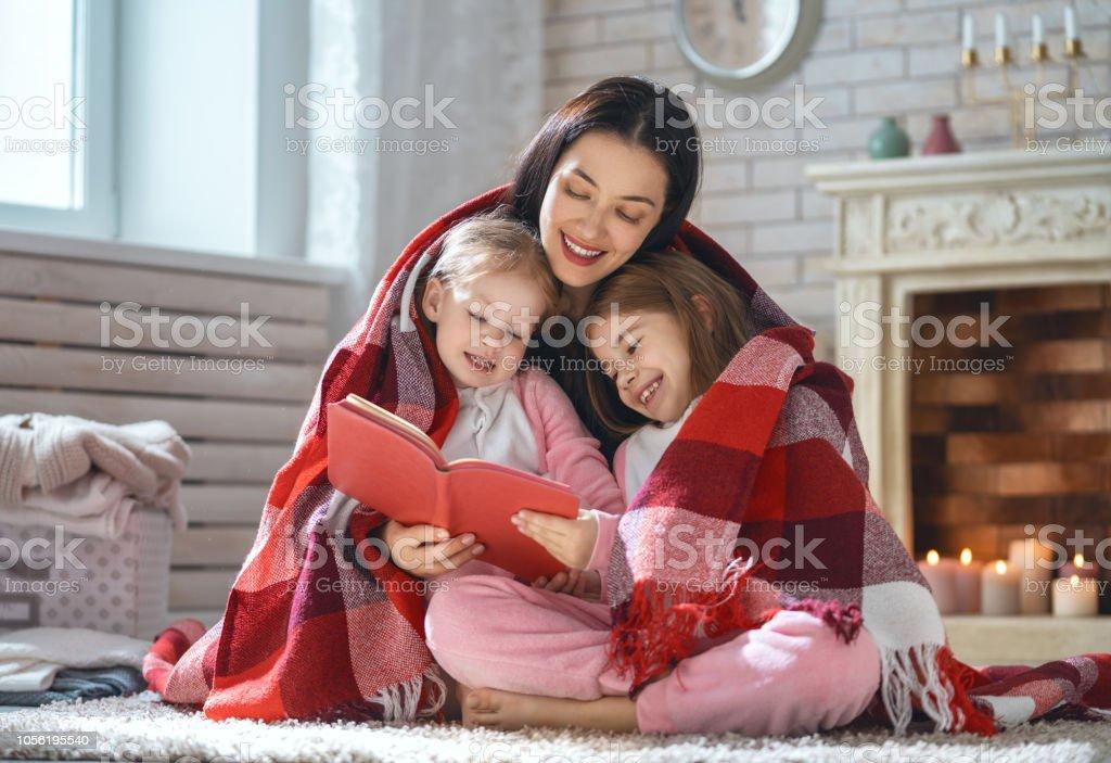 Mutter ein Buch zu lesen, zu ihren Töchtern – Foto