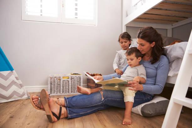 mutter lesen geschichte für kinder im kinderzimmer - etagenbett weiss stock-fotos und bilder