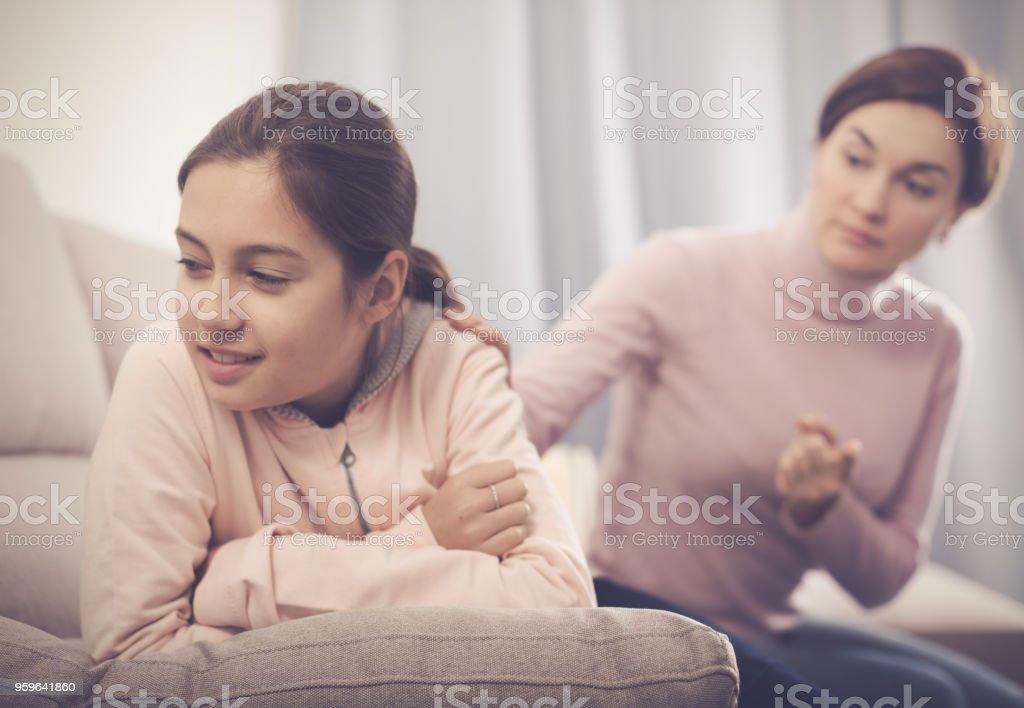 La madre regaña a su hija - Foto de stock de 8-9 años libre de derechos