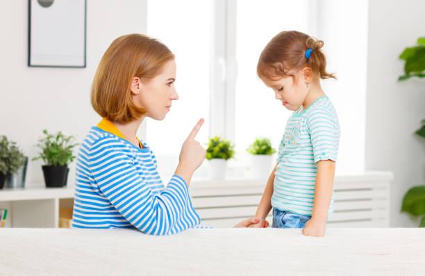 la madre regaña y castiga a hija hijo - castigo fotografías e imágenes de stock