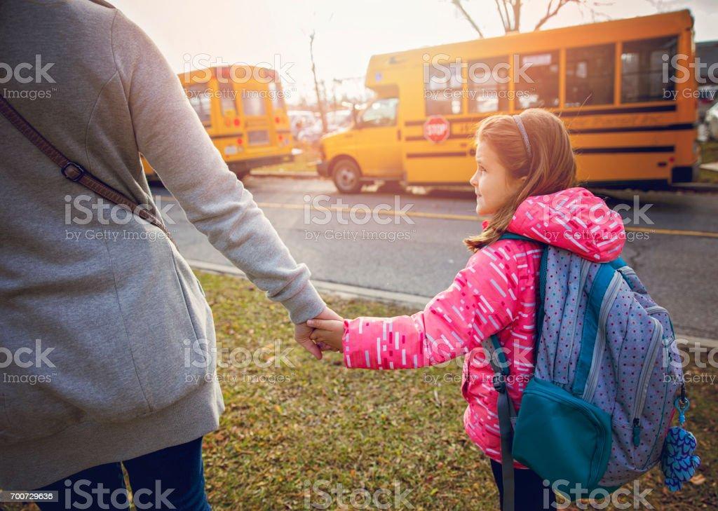 Madre viendo a su hija a la escuela - foto de stock