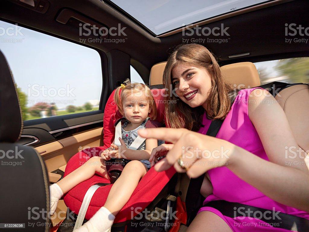 Mère montrant face de voiture à sa fille - Photo