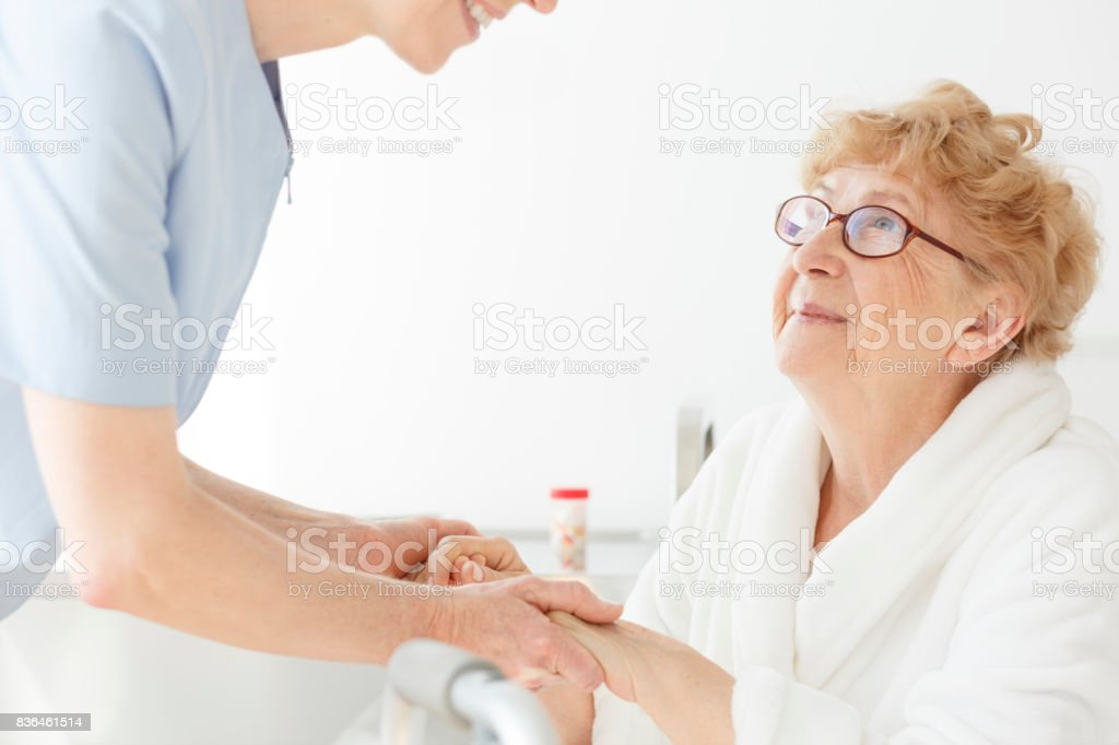 Madre enferma de osteoporosis - foto de stock
