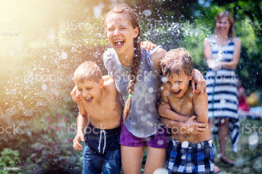 Mutter, plantschen, lachen Kinder im Hinterhof – Foto