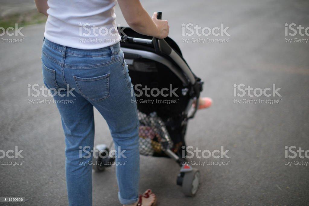 Madre paseando con recién nacido - foto de stock