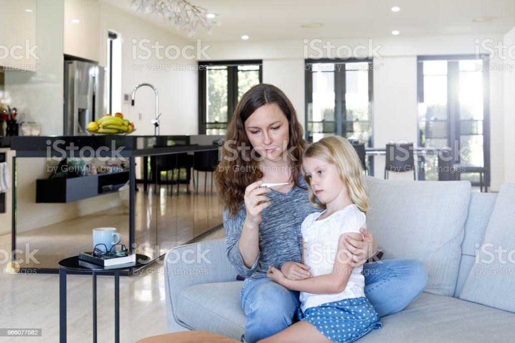 Des Kindes Mutter nehmen Temperatur mit Thermometer - Lizenzfrei 6-7 Jahre Stock-Foto