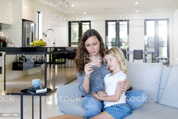 Mamma Tar Barnets Temperatur Med Termometer-foton och fler bilder på 6-7 år