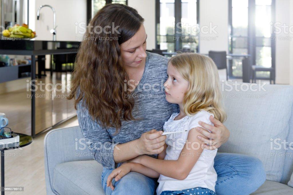 Moeder die kind temperatuur met Thermometer - Royalty-free 6-7 jaar Stockfoto