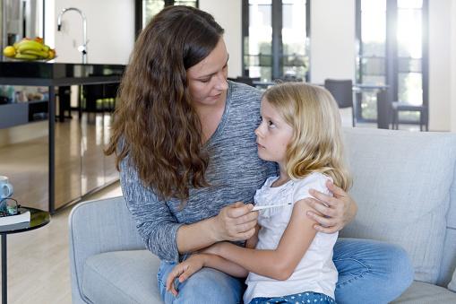 Moeder Die Kind Temperatuur Met Thermometer Stockfoto en meer beelden van 6-7 jaar